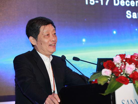 """""""三亚-财经国际论坛""""于2012年12月15日-17日在海南省三亚市举行。上图为博源基金会总干事何迪主持论坛。(图片来源:新浪财经 梁斌 摄)"""