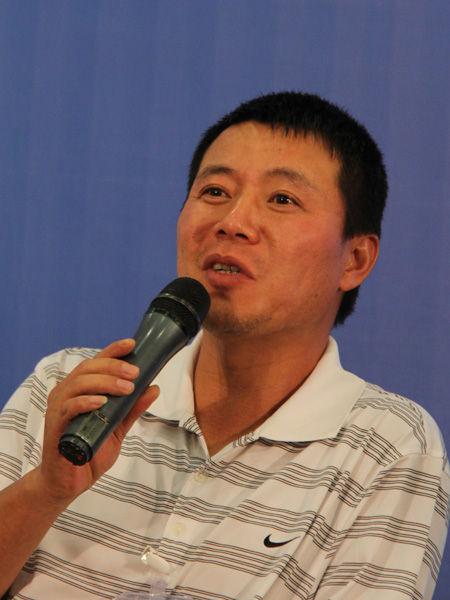 """""""2013正和岛新年家宴""""定于2012年12月30日-2013年1月1日在海南省三亚市召开。图为上海均瑶(集团)有限公司副董事长兼总裁王均豪发言。(来源:新浪财经 任立殿摄)"""