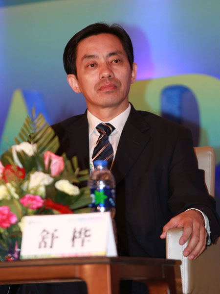 """""""2013中国国际太阳能高峰论坛""""于8月2日在大同市举行。上图为保利协鑫执行总裁舒桦。(图片来源:新浪财经 梁斌 摄)"""