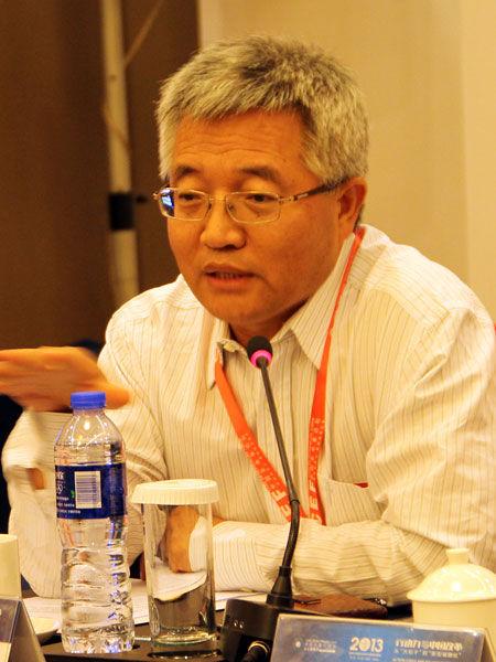 """""""亚布力中国企业家论坛2013年夏季高峰会""""于2013年8月23日-25日在合肥举行。上图为亚布力中国企业论坛首席经济学家张维迎。(图片来源:新浪财经 梁斌 摄)"""