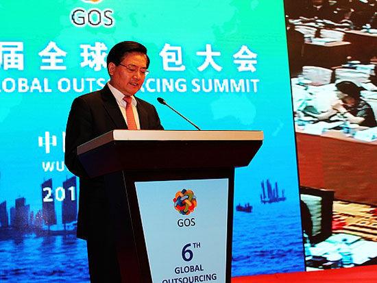 无锡市委常委、常务副市长黄钦主持第六届全球外包大会开幕式(图片来源:新浪财经)