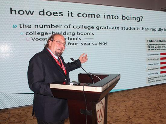 美国密苏里州立大学国际商务学院教授罗伯特.哈利.尼戈郝希安(图片来源:新浪财经)