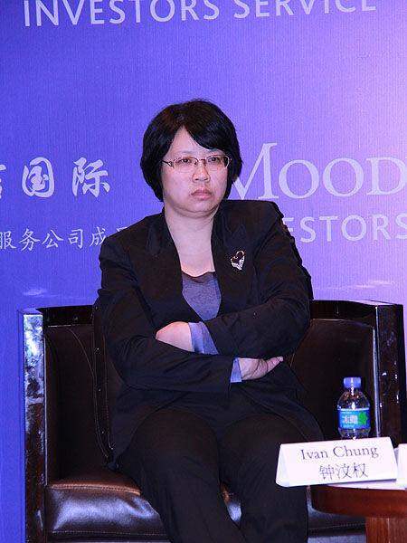 上图为中诚信国际评级总监黄灿参与圆桌讨论。(图片来源:新浪财经 摄影:韩锦星)
