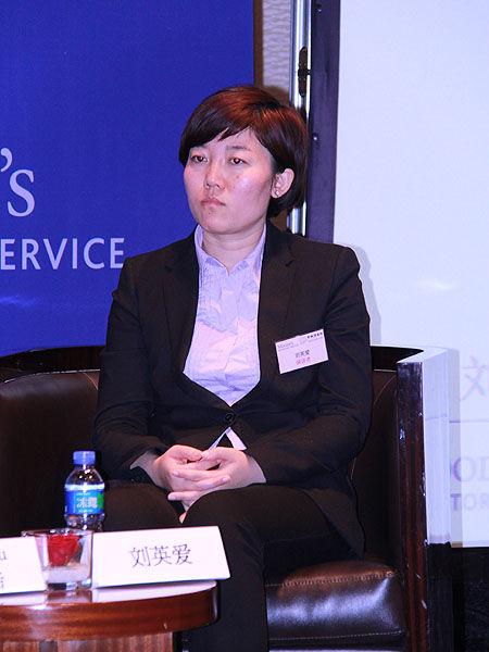 上图为中诚信企业融资评级部刘爱英参与圆桌讨论。(图片来源:新浪财经 摄影:韩锦星)