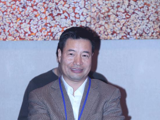 """由《英才》杂志、新浪网、北京青年报共同主办""""2014(第十四届)中国年度管理大会""""于11月28日在北京举办。上图为鑫恒集团董事长杨毅。(图片来源:新浪财经)"""