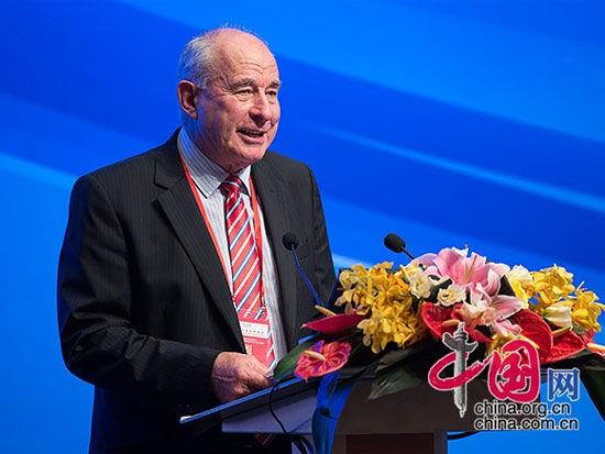 """由中国国际经济交流中心主办的""""第四届全球智库峰会""""于6月26日-27日在北京举办。上图为新西兰-中国关系促进委员会主席、英联邦前秘书长、新西兰前副总理唐纳德・麦金农。(图片来源:中国网)"""