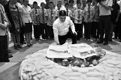 昨日上午,陈光标向雷锋墓献上了鲜花,并磕了三个头《华商晨报》供图