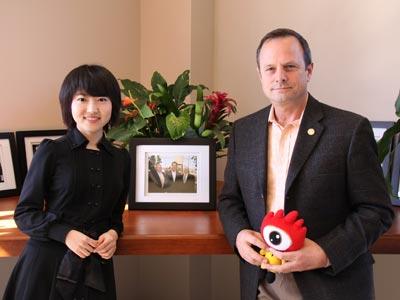 图为新浪财经张晓楠(左)对话美国大型房地产公司Thomas公司负责人(右)(图片来源:新浪财经)