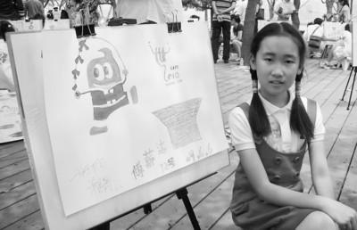 在穿着中国传统唐装的海宝前,小薪洁对世博满怀憧憬。
