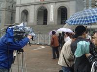 中午休庭后众记者在法院门口布阵