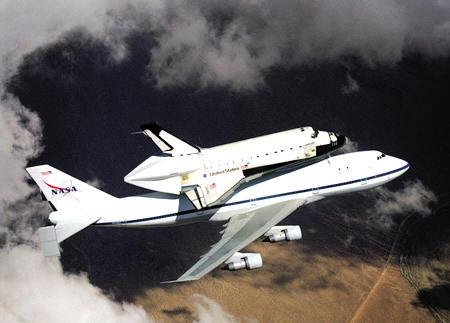 图片 美国加州,一架美国宇航局的航天飞机搭载在一架特制的747飞机上