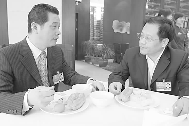小银狐投资集团有限公司董事长刘新才委员(左)与宁夏西部光彩产业基地有限公司董事长刘金虎委员在早餐桌上探讨共同关注的中、小企业融资难话题