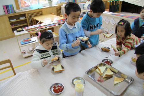 北师大实验幼儿园的小朋友在做早餐
