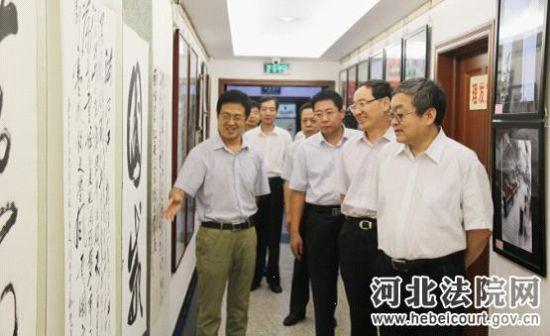 河北高院领导参观纪念抗日战争胜利70周年书画摄影展