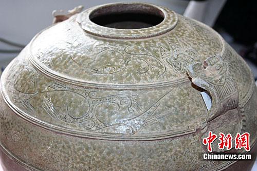 西安西汉列侯墓出土珍贵瓷罐 绘罕见九头鸟图案