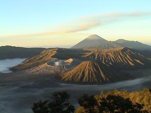 """印尼火山灾区旅游 """"灾难游""""引争议(图)"""