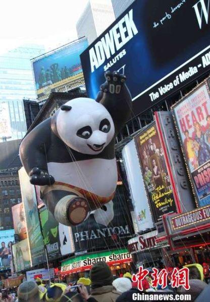 纽约感恩节大游行:功夫熊猫蓝精灵齐亮相(组图)
