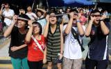 图文:几位市民正在观看日全食