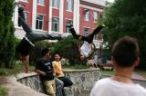 图文:跑酷者在街头展示不凡身手