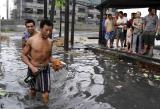 图文:老居民区遭受积水之苦
