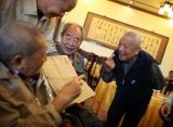 图文:师生55年后重聚共庆教师节