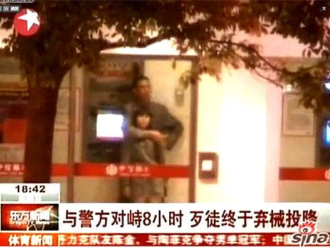 昆明男子挟持妇女与警方对峙视频曝光