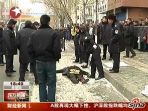 实拍哈尔滨男子当街砍人被警方击毙现场