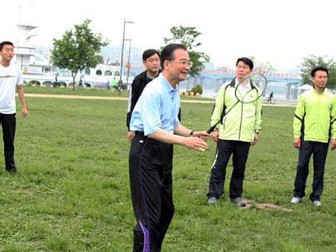 温家宝首尔江边晨练 与韩市民打羽毛球