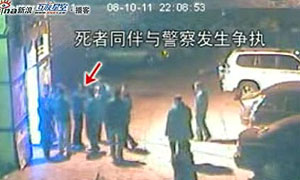 22点8分53秒左右:死者同伴与警察发生争执