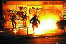 防暴警察躲避骚乱者投掷的燃烧瓶
