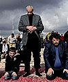 巴勒斯坦民众为遇难者祷告