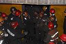 救援人员抬着被困矿工升井