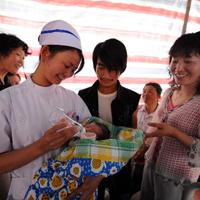 妇产科护士在为灾区新生儿喂奶