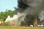 飞机残骸冒起浓烟