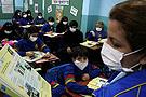 巴拉圭学生戴口罩上课