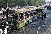公交车被烧得只剩框架