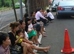 居民坐在街头躲避地震