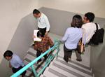 民众地震后步行下楼