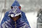 人们暴雪中表情各异