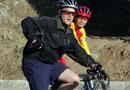 布什与中国运动员骑山地车