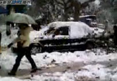 石家庄轿车深陷雪坑