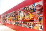 庆典现场外的杂志墙
