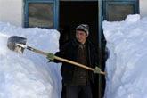 哈萨克族青年清扫自家积雪