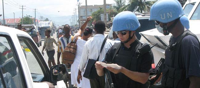 中国赴海地维和警察执行任务