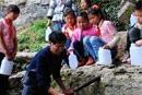 小学教师为学生接水
