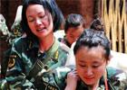 武警女兵为山区村民背水