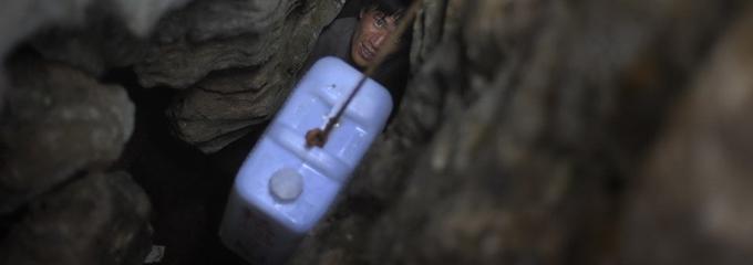 村民下到10余米深的地下取水
