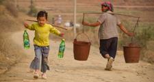 6岁女孩挑水回家