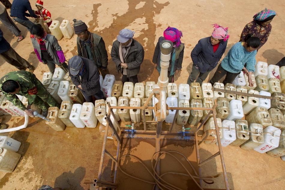 村民领取救急饮用水
