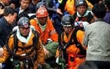 获救矿工被抬出井口